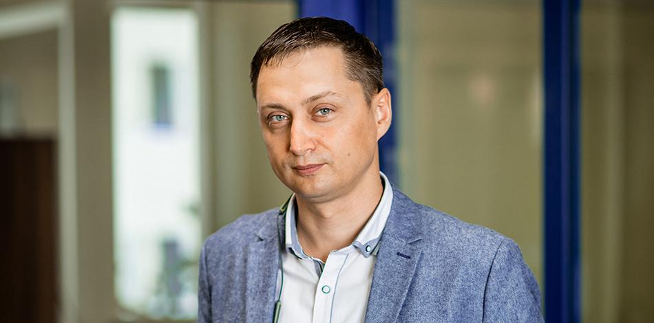 Zdjęcie przedstawia przedstawiciela firmy Embiq