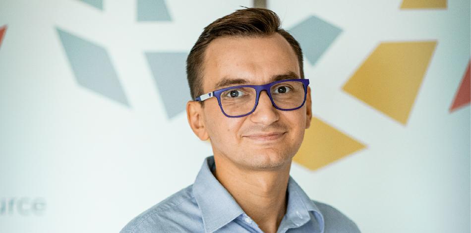 Zdjęcie przedstawia przedstawiciela firmy PolSource